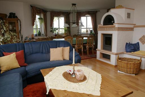 wohnzimmer mit essbereich eingerichtet mit einer wei en sofagruppe pictures to pin on pinterest. Black Bedroom Furniture Sets. Home Design Ideas